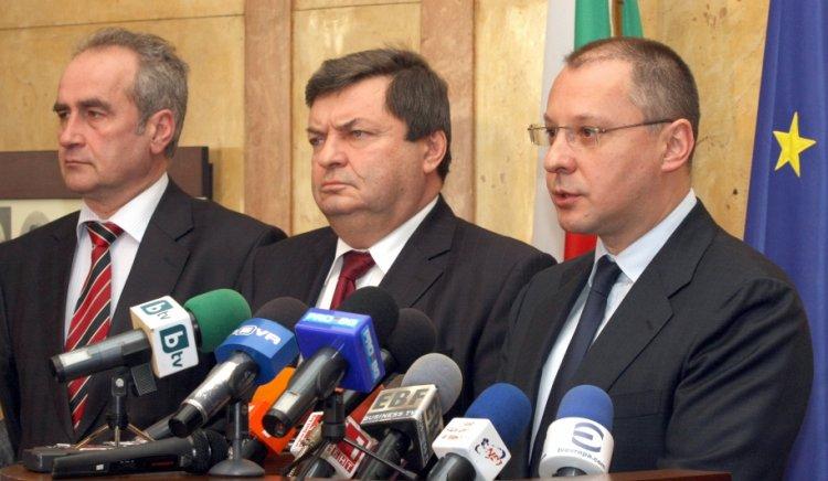 Симеон Дянков не може да събере приходи и затова прехвърля тежестта на кризата върху хората