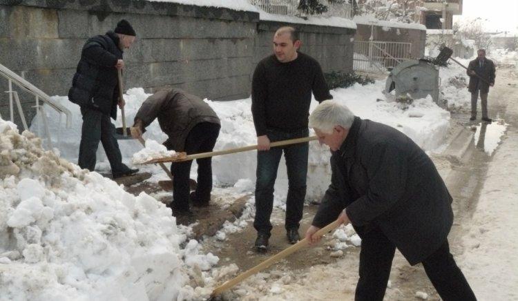 Общинските съветници от БСП-Плевен помогнаха за почистването на снега около детска градина