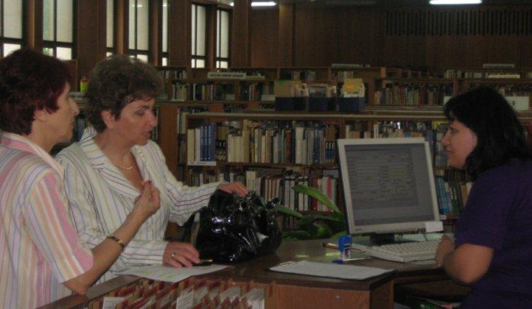 Меглена Плугчиева провери състоянието на библиотеката в Русе