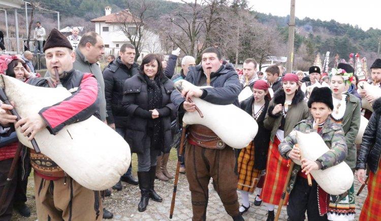 Корнелия Нинова в Сопот: Да пазим обичаите си,  да тачим българщината